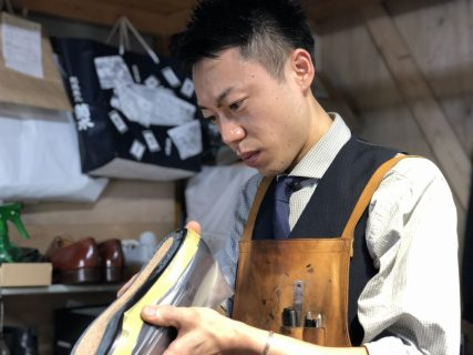 靴修理をする篠田さん
